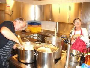 Martin und Luisa servieren typisches Tessiner Risotto für 120 Personen